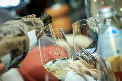 El proceso de verter el vino blanco prueba ciega Imagen de archivo