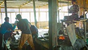 El proceso del trabajo en una fragua tradicional Fotografía de archivo