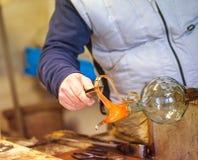 El proceso del vidrio de Murano, Venecia, Véneto, Italia Un vidriero principal que trabaja con el más famoso del vidrio del muran imagen de archivo