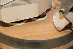 El proceso mecanizado de moler la cubierta del roble barrels para el vino Foto de archivo libre de regalías
