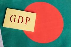 El producto interno bruto o el GDP de Bangladesh imprimió en el documento sobre la bandera de Bangladesh fotografía de archivo libre de regalías