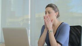 El profesional femenino joven consigue malas noticias almacen de video