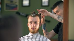 El profesional tatuó al peluquero que daba un nuevo corte de pelo a su cliente en una barbería metrajes