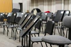 El profesor de música ha preparado la sala de clase para la clase siguiente fotografía de archivo