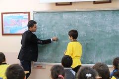 El profesor de matemáticas en la sala de clase Foto de archivo libre de regalías