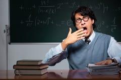 El profesor de matemáticas joven delante de la pizarra foto de archivo libre de regalías