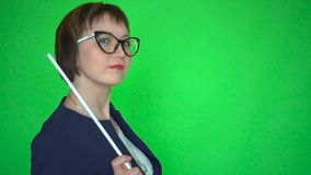 El profesor de sexo femenino con el indicador está bailando en fondo de pantalla verde almacen de metraje de vídeo