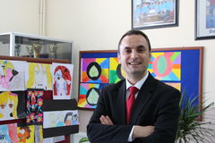 El profesor de sexo masculino en el pasillo de la escuela Foto de archivo libre de regalías