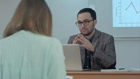 El profesor de sexo masculino hermoso explica la clase al grupo de estudiantes hispánicos en clase en la escuela durante la lecci Fotos de archivo libres de regalías