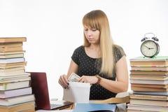El profesor dijo la cantidad de soborno en un sobre foto de archivo libre de regalías