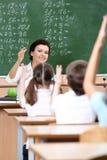 El profesor elige pupilas para contestar a la pregunta Foto de archivo libre de regalías