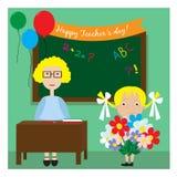 El profesor en la sala de clase que se coloca cerca de la pizarra y de la niña da las flores Tarjeta para el día del profesor s o Fotografía de archivo libre de regalías