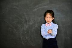 El profesor infeliz del niño de la muchacha culpa seriamente al estudiante imagen de archivo