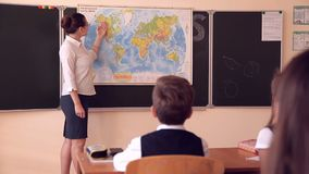 El profesor lleva una lección de la geografía almacen de video