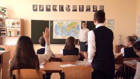 El profesor lleva una lección de la geografía almacen de metraje de vídeo
