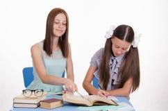 El profesor particular explica solucionar del movimiento de la muchacha Imágenes de archivo libres de regalías