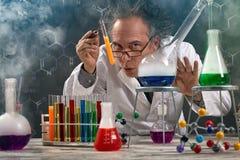 El profesor raro del experimento de la química se realizó imágenes de archivo libres de regalías