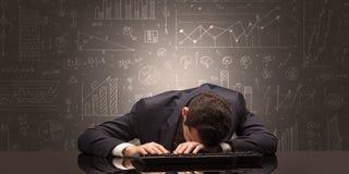 El profesor se cayó dormido en su lugar de trabajo con concepto completo de la pizarra del drenaje foto de archivo libre de regalías
