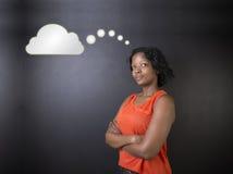 El profesor surafricano o afroamericano o el estudiante de la mujer pensó la nube Foto de archivo libre de regalías