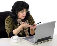 El profesor utiliza su ordenador portátil en línea Imagen de archivo libre de regalías