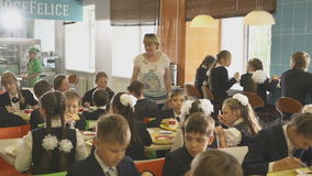 El profesor Walks entre las tablas y la mirada en los alumnos come el almuerzo metrajes