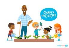 El profesor y embroma cultivar un huerto dedicado en el patio trasero Flores de riego de la muchacha en el jardín Concepto de Eco Imagenes de archivo