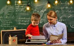 El profesor y el estudiante en la sala de clase en una escuela, profesor de la escuela fija los grandes expectativas para sus est fotos de archivo libres de regalías