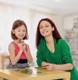 El profesor y la muchacha en la tabla que estudian las tarjetas Imágenes de archivo libres de regalías