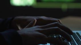 El programa de la escritura del codificador y el presionar entran en el botón, esperando el lanzamiento en red almacen de metraje de vídeo