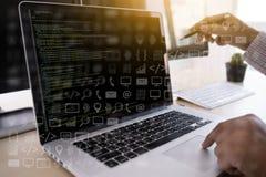 el programador del desarrollador de software de la codificación del trabajo del hombre está cifrando en un DES imagen de archivo libre de regalías