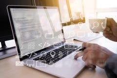 el programador del desarrollador de software de la codificación del trabajo del hombre está cifrando en un DES fotografía de archivo