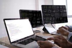 el programador del desarrollador de software de la codificación del trabajo del hombre está cifrando en un DES fotos de archivo