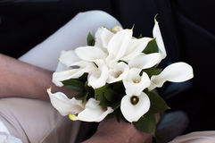 El prometido que sostiene un ramo de la boda de calas florece imágenes de archivo libres de regalías