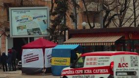 El promotor de la calle distribuye los periódicos y los materiales de la campaña cerca de las tiendas que hacen publicidad del ca