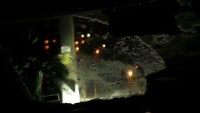 El propietario de coche limpia el parabrisas de su coche después de nevadas metrajes