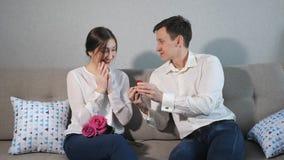 El proponer del novio, dando el anillo de bodas a la muchacha querida