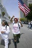 El Protestor lleva igualdad exigente de la bandera de los E.E.U.U. con cientos de miles de inmigrantes que participan en marzo pa Foto de archivo libre de regalías