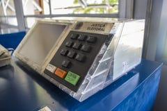 El prototipo del máquina que registra y cuenta los votos emitidos (urna electrónica) - monumento de Aerospacial del brasileño (MAB Imagenes de archivo