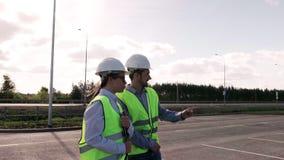 El proyecto de And Director Of del ingeniero jefe es un hombre y una mujer en chalecos verdes almacen de video