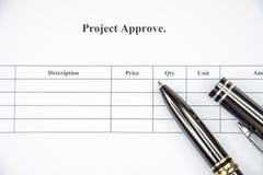 El proyecto del documento de negocio aprueba esperar a firmar en el fondo blanco Foto de archivo libre de regalías