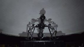 El proyector de la estrella gira en planetario metrajes