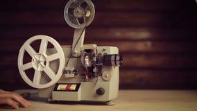 El proyector de película funciona y los extremos de la película allí metrajes