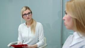 El psicólogo es mujer del cliente atento que escucha que habla de sus problemas en la terapia almacen de metraje de vídeo