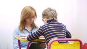El psicólogo está probando al muchacho Niño de asesoramiento psicológico metrajes