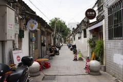 El pueblo chino que camina en pequeño callejón en la calle de Paifang va a contener en el centro del pueblo viejo y de ciudad ant fotos de archivo