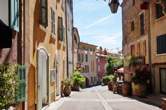 El pueblo de Bormes-les-mimosas en el Cote d'Azur fotografía de archivo libre de regalías