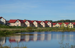 El pueblo de la cabaña en el lago Imagen de archivo libre de regalías