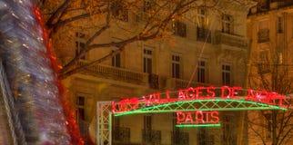 El pueblo de la Navidad en París Foto de archivo libre de regalías