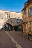 El pueblo de Monpazier, en la región de Dordoña-Périgord, Francia Pueblo medieval con las arcadas y el cuadrado t?pico foto de archivo