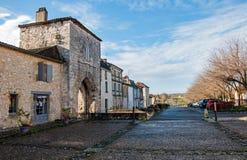 El pueblo de Monpazier, en la región de Dordoña-Périgord, Francia Pueblo medieval con las arcadas y el cuadrado t?pico imágenes de archivo libres de regalías